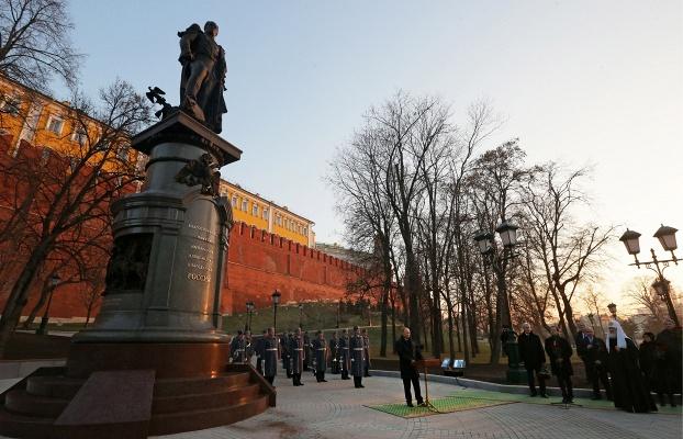 putin-prinyal-uchastie-v-ceremonii-otkrytiya-pamyatnika-aleksandru-i-u-sten-moskovskogo-kremlya