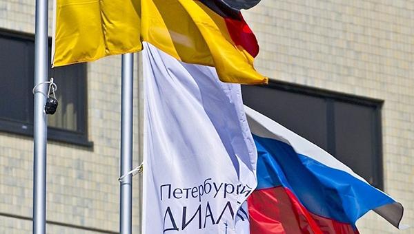 smi-merkel-hochet-sdelat-peterburgskiy-dialog-ploschadkoy-dlya-kritiki-rossii