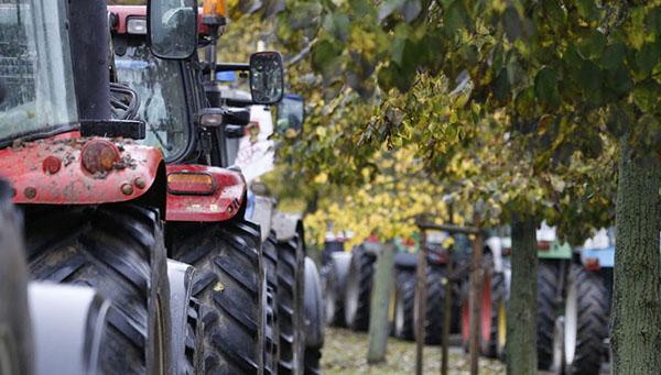 fermery-kipra-hotyat-razdelit-nikosiyu-pryamoy-liniey-vystroennoy-iz-svoih-traktorov