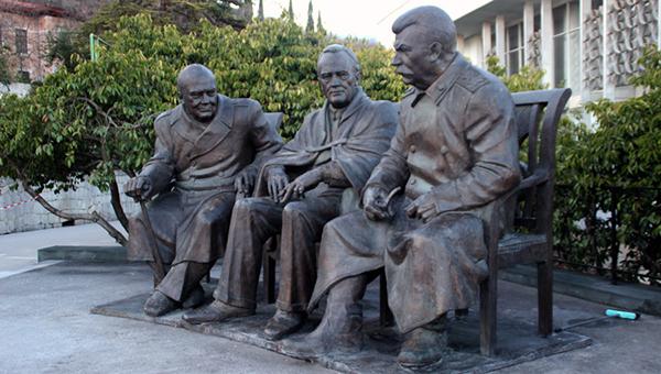 v-yalte-ustanovili-pamyatnik-stalinu-cherchillyu-i-ruzveltu