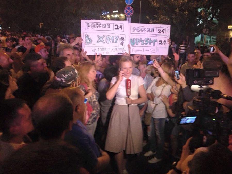 протестующие в Ереване: Россия24 - в жопу!