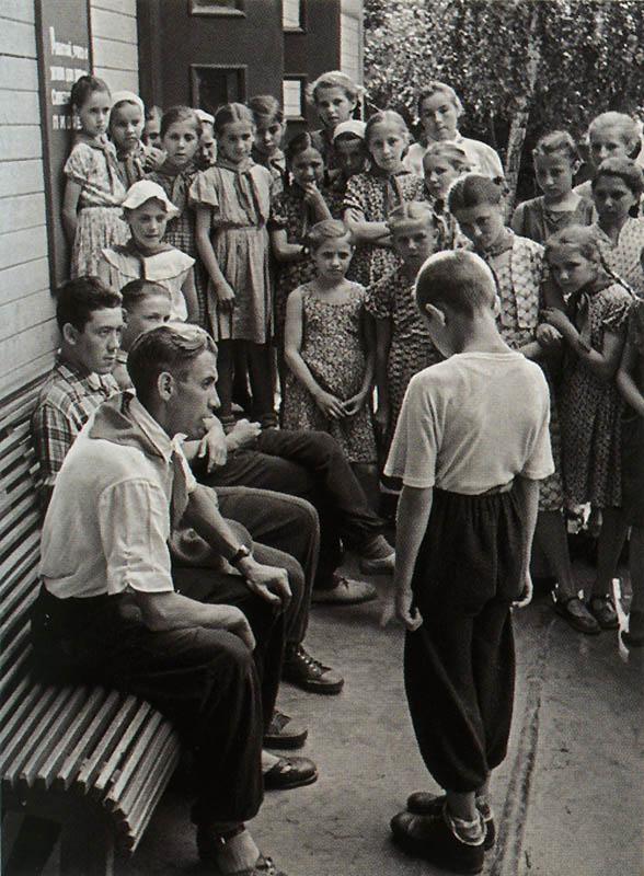 Нарушитель дисциплины в пионерском лагере. СССР, 1958 год.