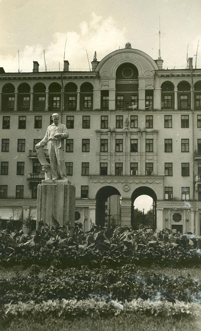 Памятник молодому архитектору-созидателю города перед жилым домом на проспекте Металлургов, 39. Кон. 1950-х гг.