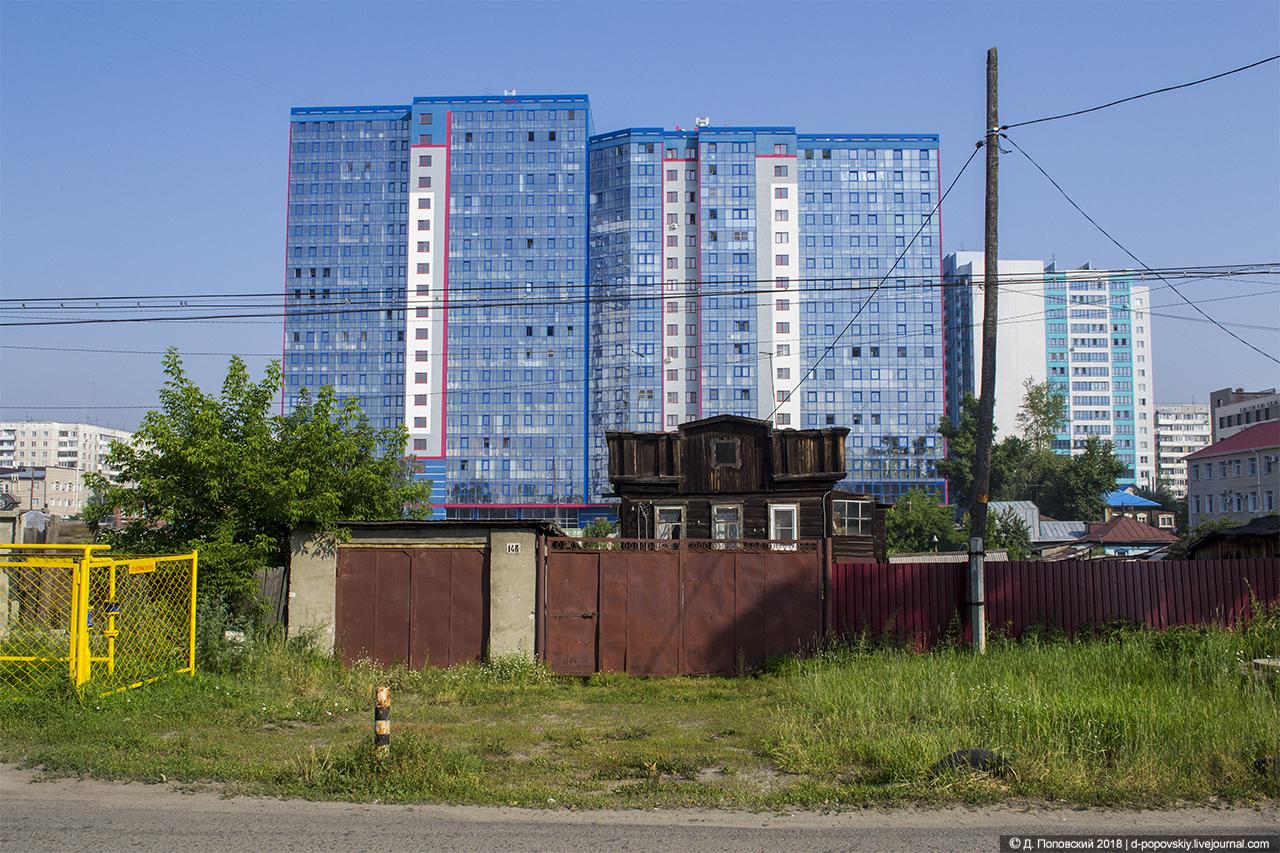 Городские контрасты. Вид с ул. Интернациональной на жилой дом (Пролетарская, 150)