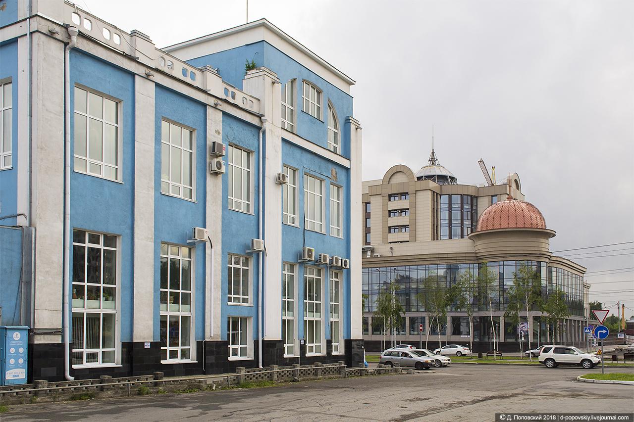 Концертный зал (на заднем плане)
