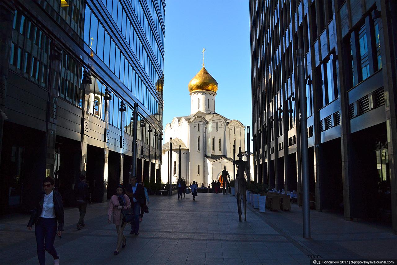"""Вид храма со стороны бизнес-центра """"Белая площадь"""""""