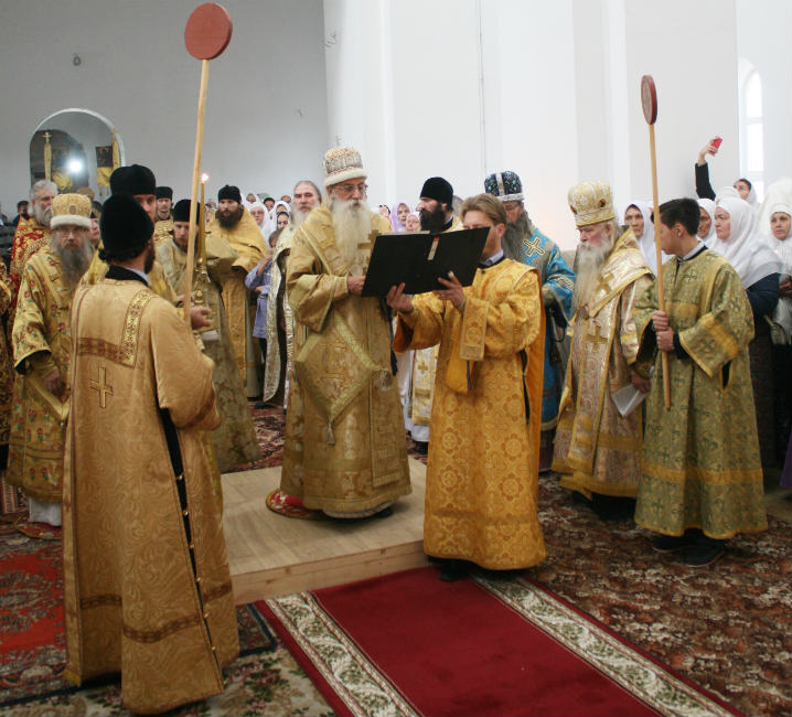 Источник: https://altaistarover.ru/news/zhizn-obshiny/304-osvyashchen-hram-pokrova-barnaul