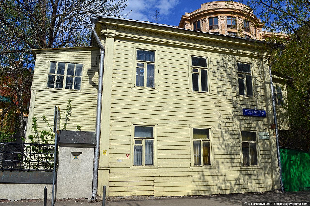 Двухэтажный деревянный дом начала ХХ века