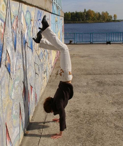 Как сделать стойку на руках у стены