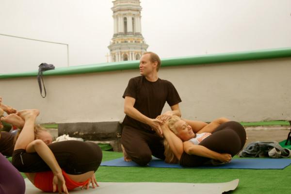 Йога секс на крыше дома