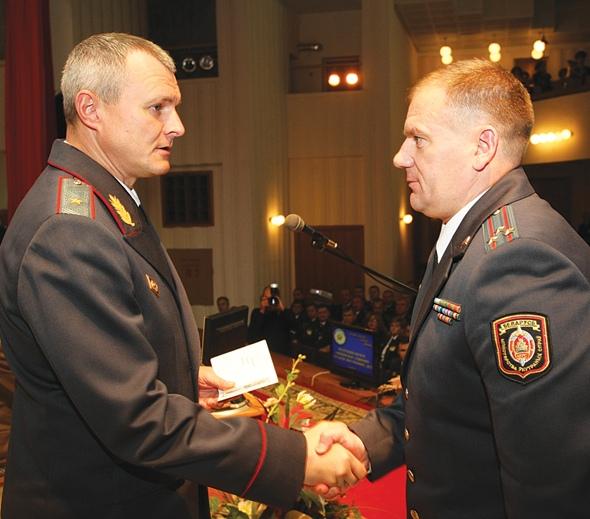 Министр МВД И.Шуневич вручает полковнику С.Дорошко медаль За безупречную службу II степени