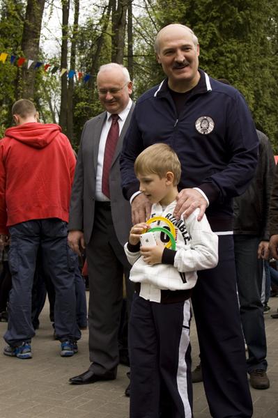 Николай Лукашенко с iPhone в руках