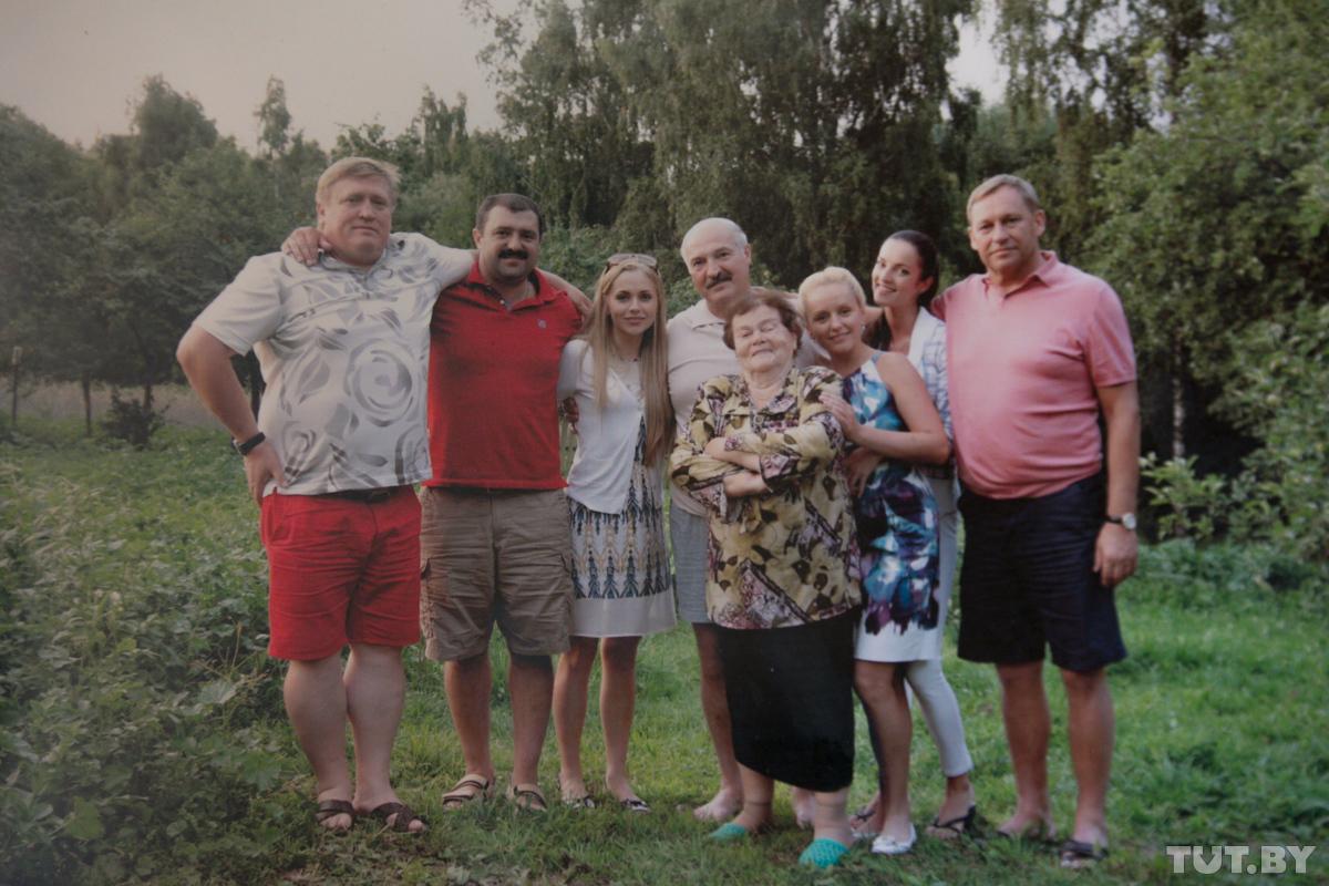 Александр Лукашенко в кругу родни и друзей