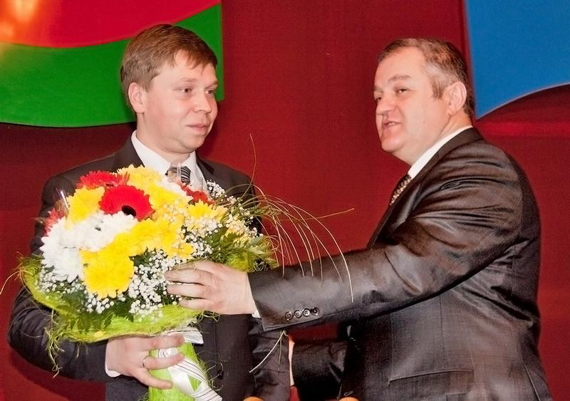 Семён Шапиро поздравляет Сергея Ложечника с утверждением в должности председателя Щучинского райисполкома