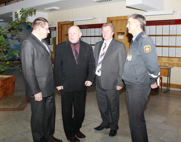 Дмитрий Одинец (второй слева) на короткой ноге с тогдашним прокурором Щучинского района Василевским (третий слева)  и ВРИД начальника Щучинского РОВД Якусик