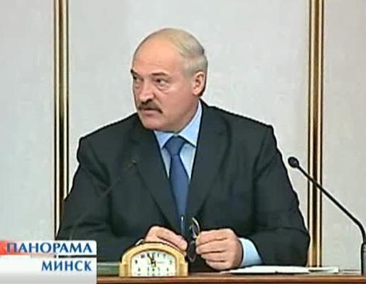 Александр Лукашенко держит в руках очки