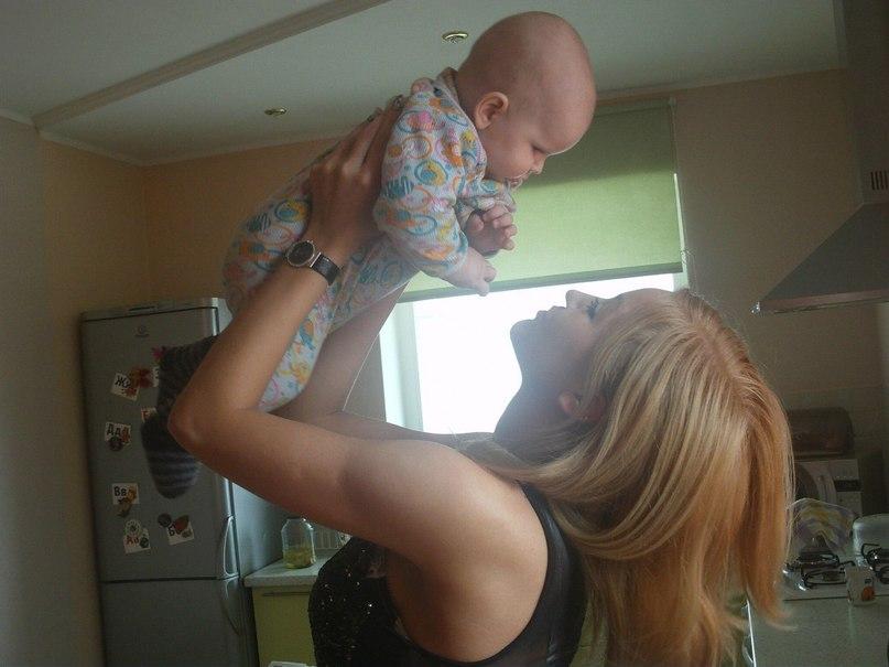 Анжелика Тихонович с ребёнком (н. 2012 г.)