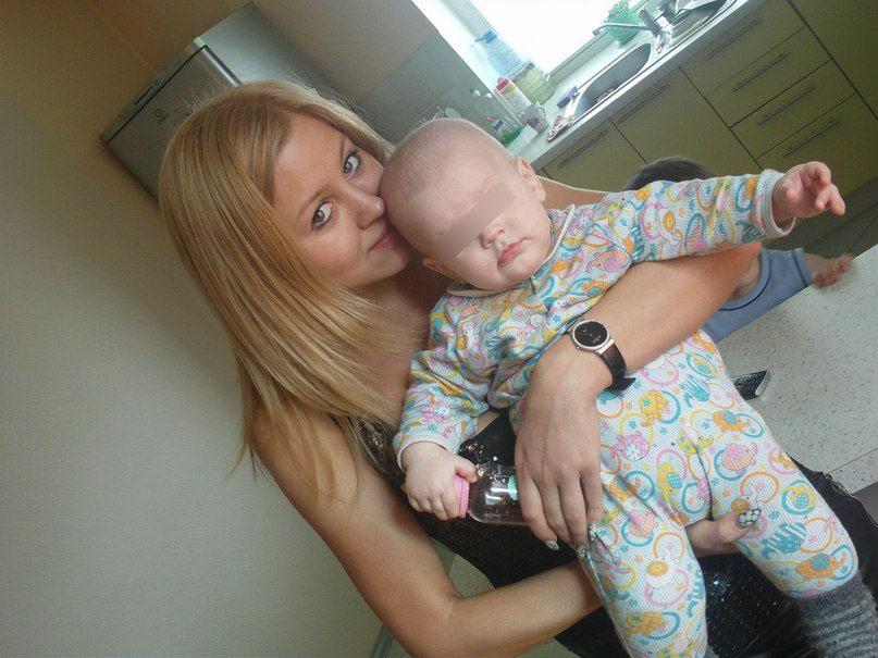 Анжелика Тихонович с грудным ребёнком