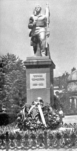 Памятник_Гукасу_Гукасяну_в_Ереване_(уничтожен)