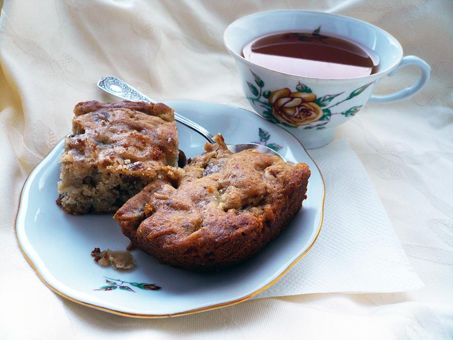 Пряный пирог грушей, фундуком и инжиром