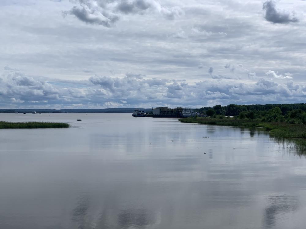 Буксир тащит баржу с чем-то большим по Вытегорскому водохранилищу