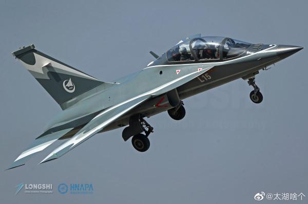 Китайский легкий боевой самолет L-15B