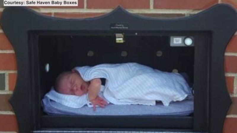 Бэби бокс установленный благотворительной организацией Safe Heaven Baby Boxes