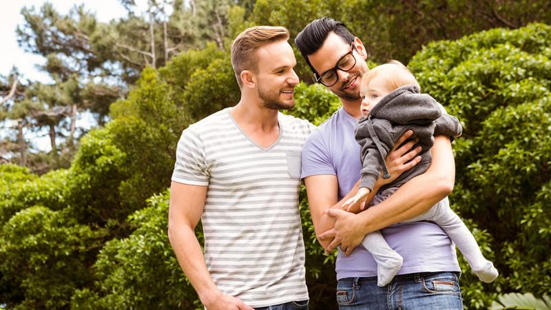 Согласно исследованию 93% детей воспитываются в семьях с двумя матерями и 7% с двумя отцами.