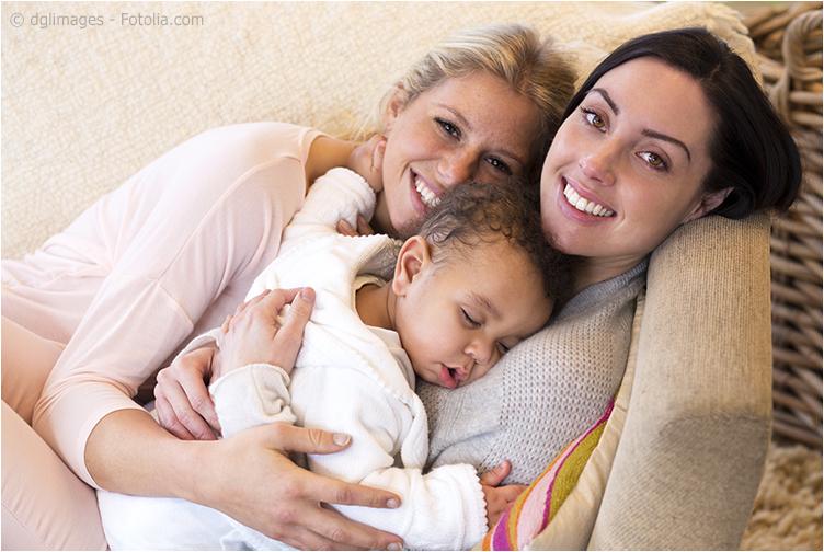 Большинство однополых родителей и их семей живут открыто и не скрывают типа своей семьи
