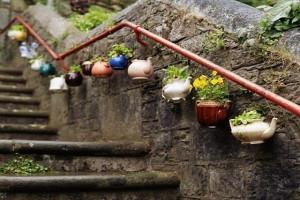 creative-landscaping-ideas-tea-kettle-as-planters