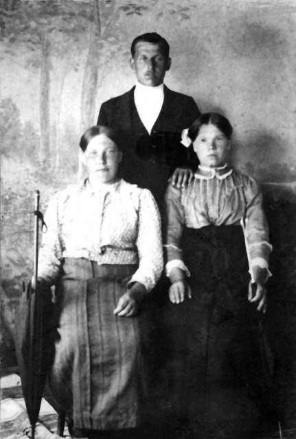 1921-23 Татьяна Завескина с подругой и её мужем.jpg