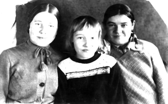 1934-36 Анисья Завескина с сестрой Людмилой и её сестрой Соней по матери.jpg