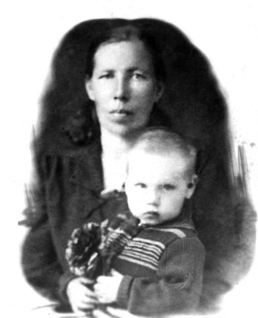 1936-37 Степанида с сыном.jpg