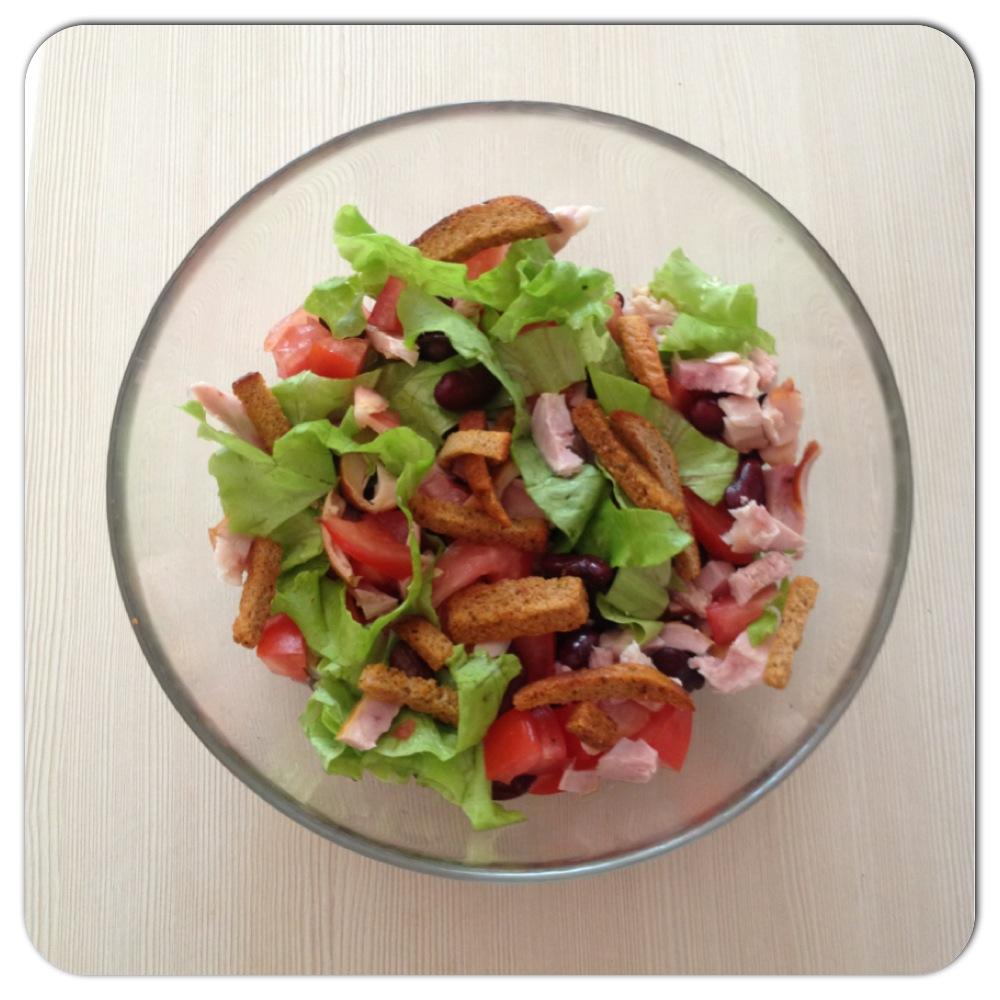 Салат с фасолью и куриной грудкой и перцем