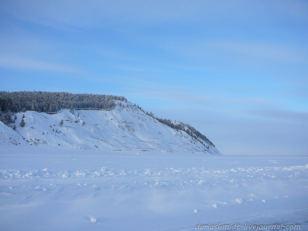 Великая Лена добродушно замёрзла, позволяя добраться в деревню на другом берегу. Около часа ехали прямо по центру реки. Не самая гладкая дорога, между прочим