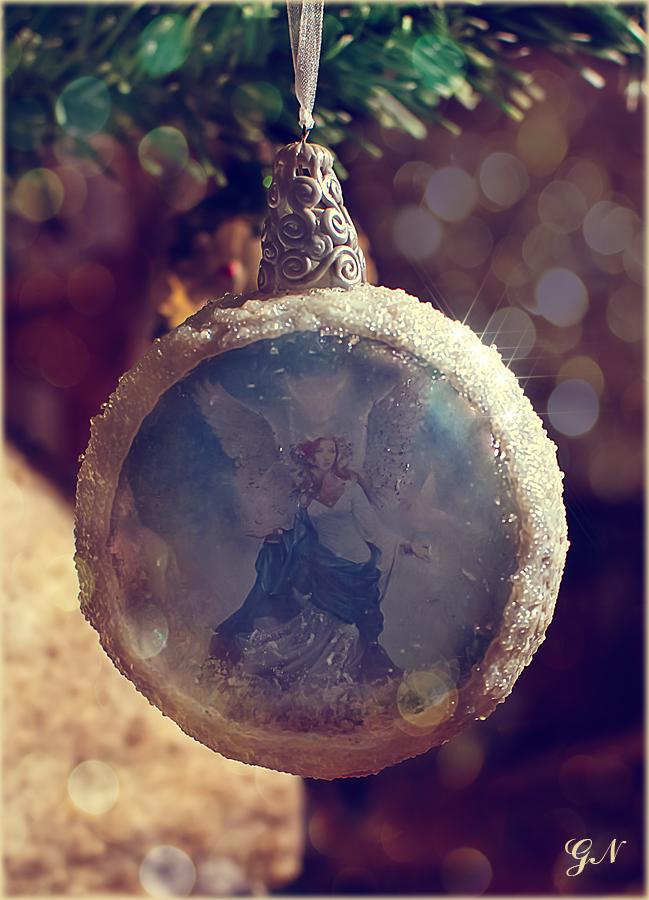 Ангел в снежном шаре