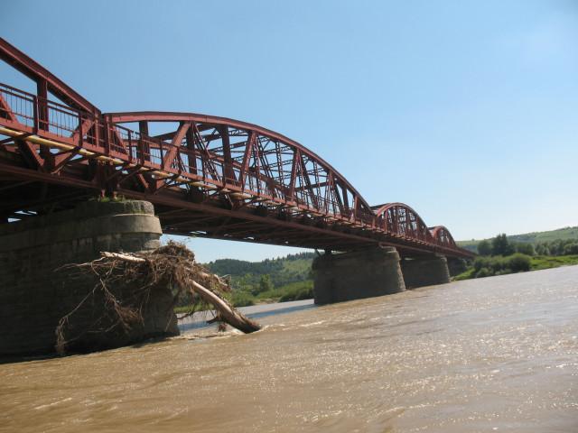 Металевий міст під яким ми пропливали