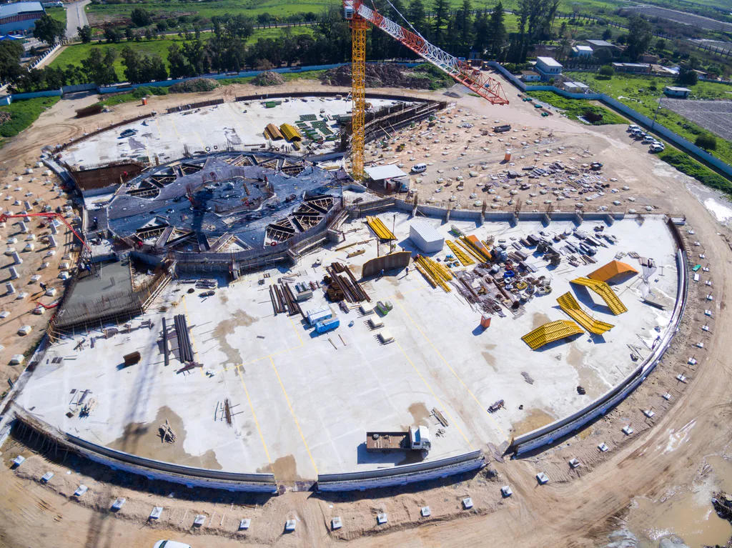 На этой аэрофотографии с западной стороны — вид на строительную площадку, готовые бетонные основания для двух садовых террас очерчивают контуры Усыпальницы. В центре площадки видна опалубка, где будет залит бетон для пола центральной площади.