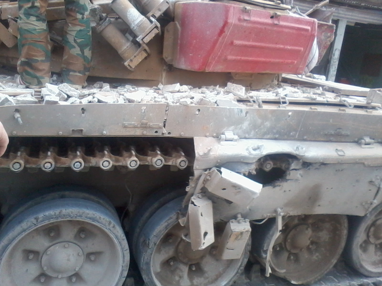 Последствия от попадания гранатомета в танк