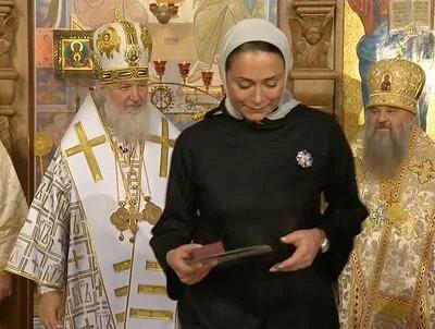 Патриарх Кирилл хитро улыбается