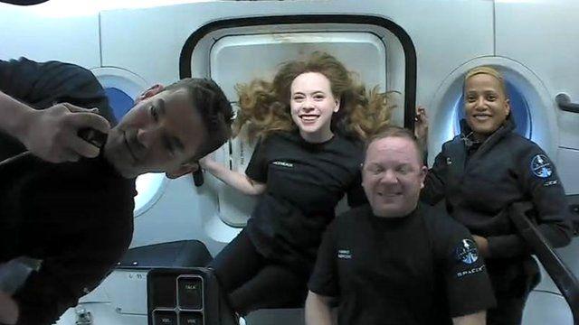 Экипаж Inspiration4 - (слева направо) Джаред Айзекман, Хейли Арсено, Сиан Проктор и Крис Семброски - возвращается домой в выходные