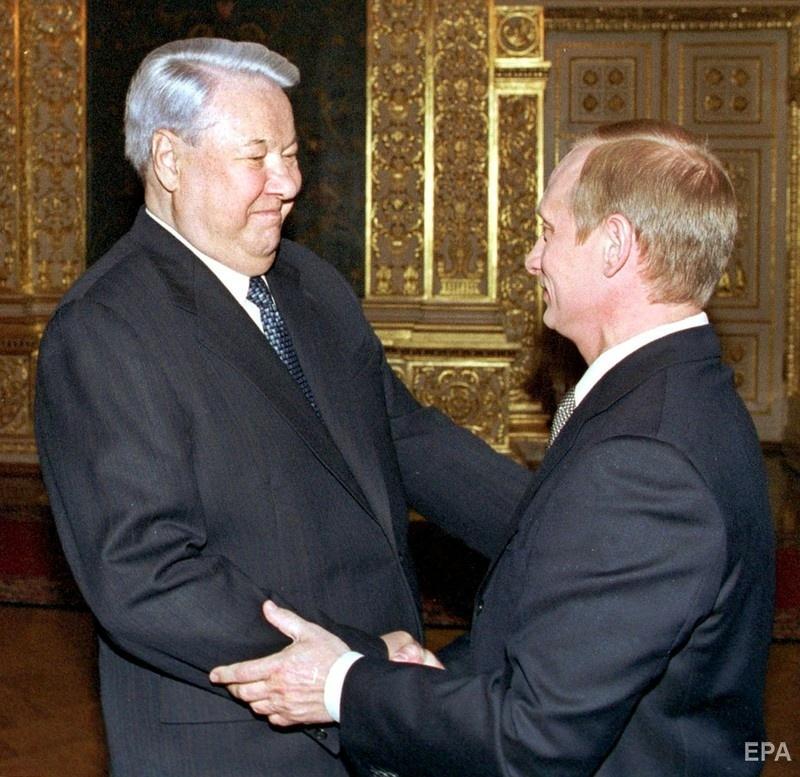 Владимир Путин обнимается с Борисом Ельциным на своей инаугурации, 2000 год. Фото: EPA