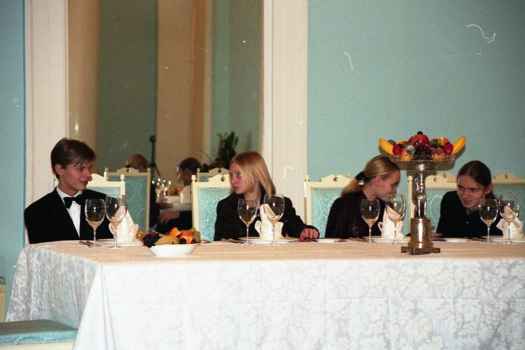 Сыновья Сергея Пугачева Александр (слева) и Виктор (справа) с дочерьми Владимира Путина Катериной и Марией (в центре), начало 2000-х. Фото: pugachevsergei.com
