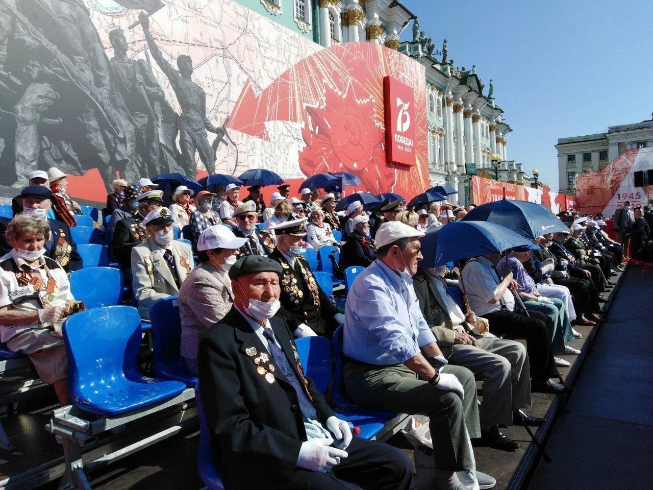 Ветераны в масках и с зонтами для защиты от вируса