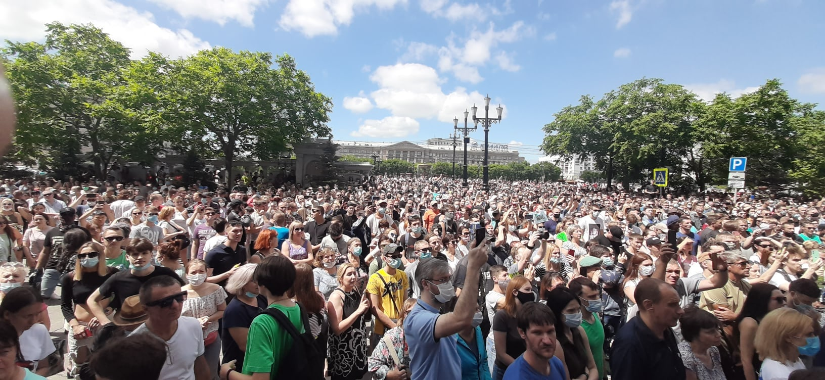 Тысячи жителей Хабаровска вышли на митинг против ареста губернатора Фургала