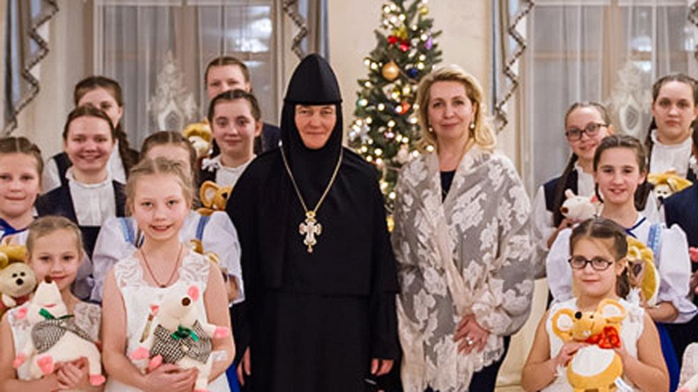 Настоятельница Покровского монастыря Феофания со Светланой Медведевой и воспитанницами монастырской школы в январе 2020 года