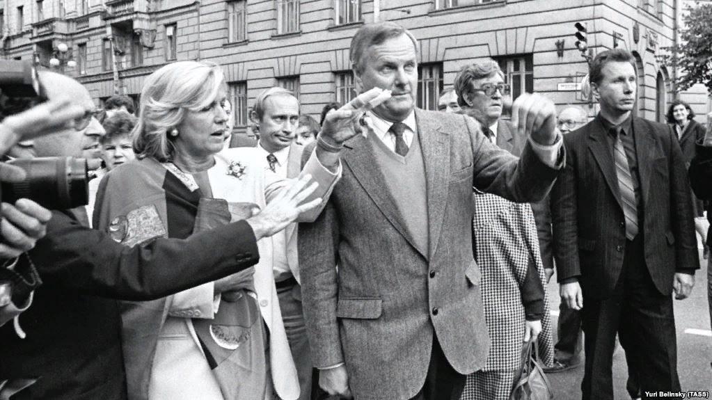 Анатолий Собчак, 1992 год. Слева за спиной — Владимир Путин. справа — Виктор Золотов.