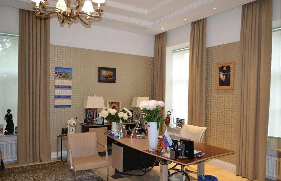 Интерьер офиса «Балтик Эскорта». Над столом висит фото Путина и Золотова