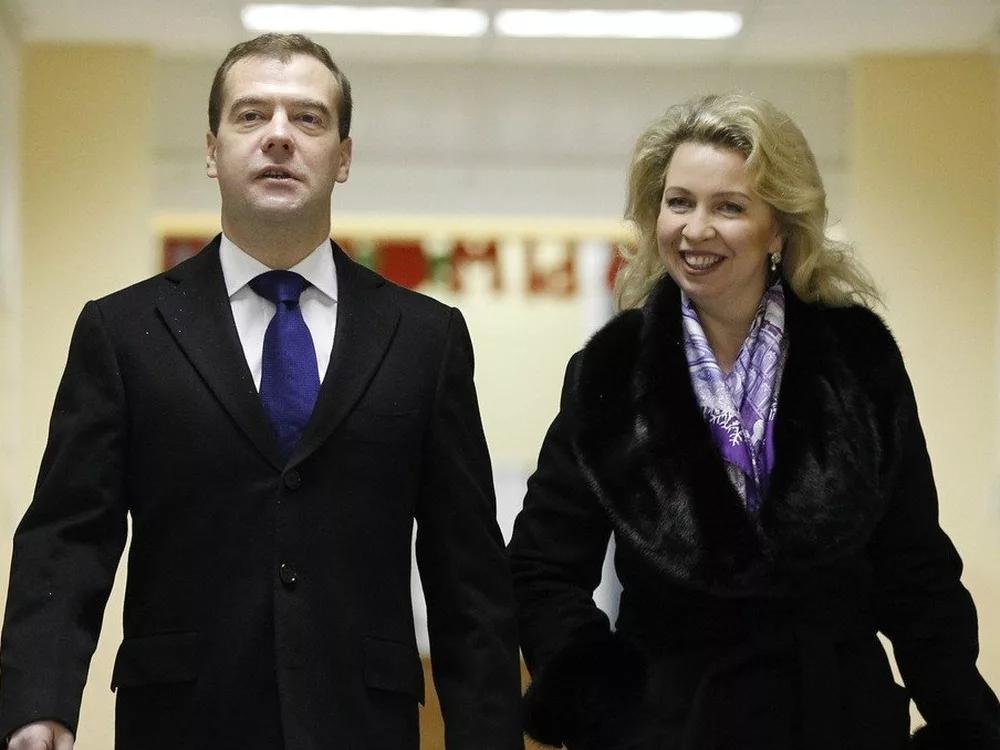Бывший премьер-министр РФ Дмитрий Медведев с неимущей супругой