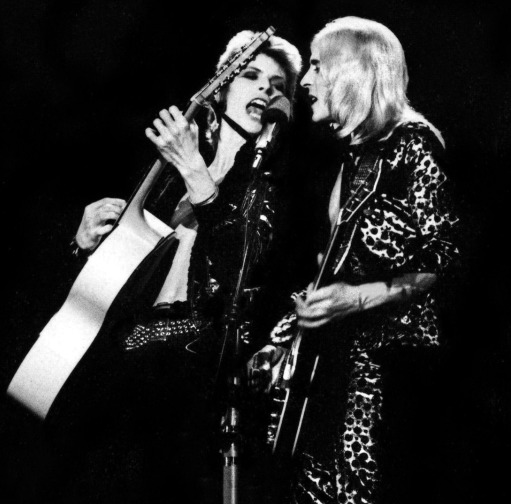David_Bowie_Mick_Ronson_Onstage_008
